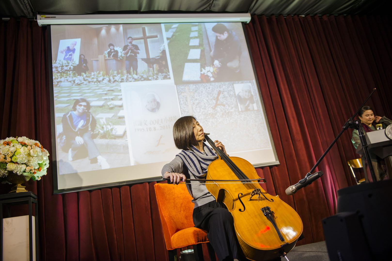 Dora媽媽的大提琴為今晚的演唱會揭開序曲
